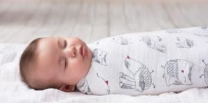 Những bé khi quấy khóc vào ban đêm sẽ khiến cho các bậc cha mẹ vô cùng lo lắng. Đặc biệt là những người làm cha làm mẹ lần đầu tiên. Tuy nhiên, nếu bé quấy khóc trong khoảng thời gian 8 tuần đầu từ khi sinh ra thì được coi là bình thường. Đây chính là giai đoạn bé đang phát triển, đang tập làm quen với môi trường bên ngoài.