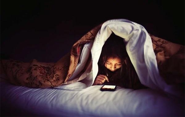 TẠI SAO GIẤC NGỦ LẠI QUAN TRỌNG? BẬT MÍ 9 MẸO GIÚP BẠN NGỦ NGON su dung smartphone truoc gio ngu gay hai the nao voi suc khoe ban 1 1