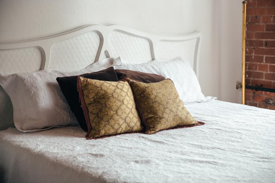 Dọn dẹp giường ngủ mỗi khi thức dậy